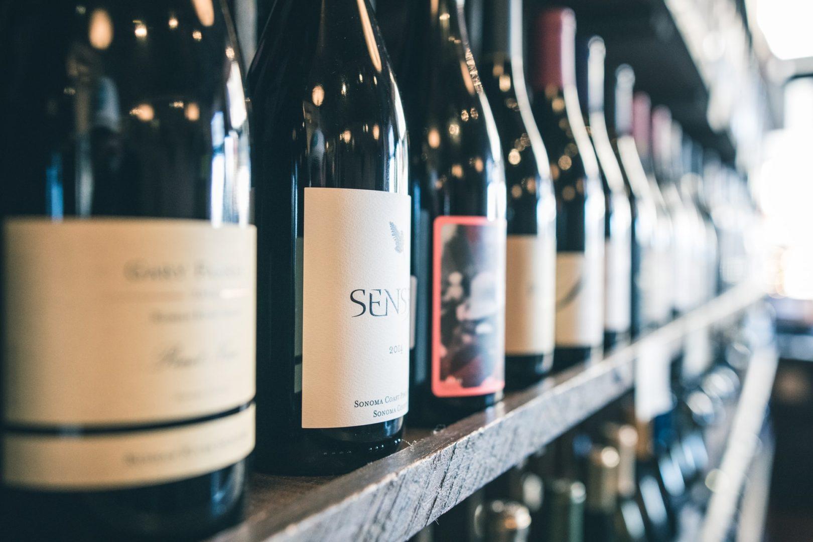 etagere bouteilles vins rouges